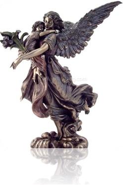 anjo da guarda carrega bebezinho, mãe carrega bebê, estátua de bronze