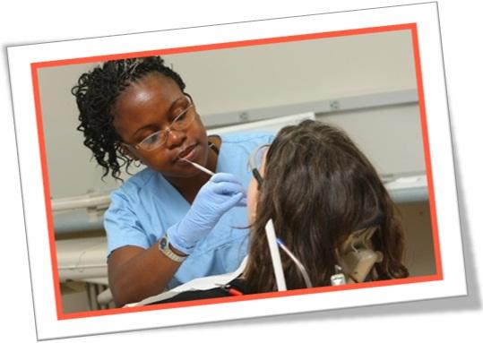 dentista removendo cárie, consultório odontológico, limpeza dos dentes