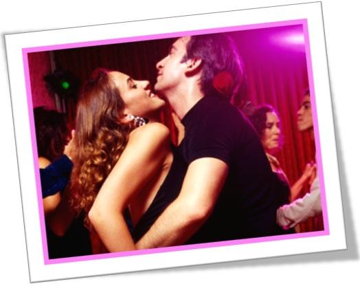 casal festeiro, homem e mulher dançando em festa