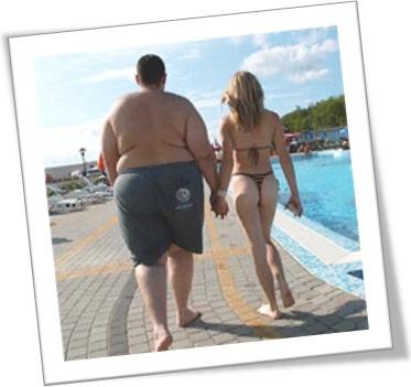 homem gordo, mulher magra, casal, piscina, bom partido, dinheiro, amor