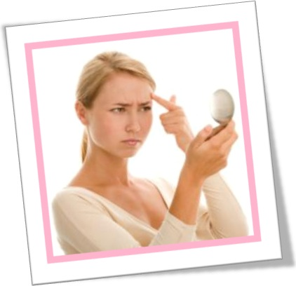 mulher olhando espelho, beleza, rugas, pés de galinha, espinhas em inglês