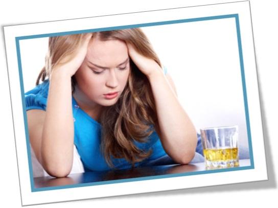 mulher de ressaca, hangover, dor de cabeça, bebida, bar, enxaqueca