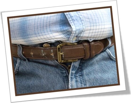 descrevendo camisa e calça apertadas em inglês, homem gordo, cinto apertado
