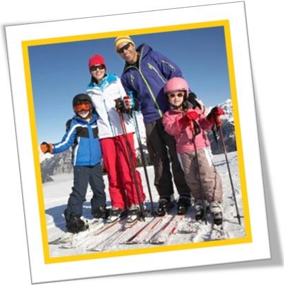 família esquiando na neve, pai, mãe e filhos esquiando na neve
