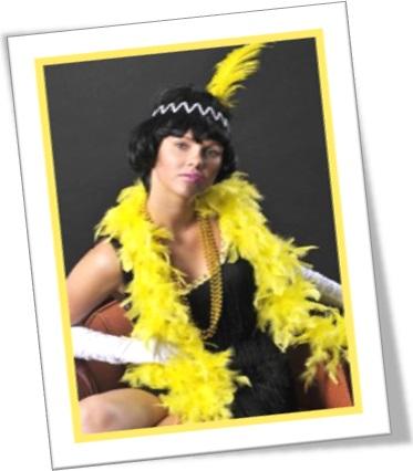 woman wearing a yellow feather boa, mulher com boá amarelo