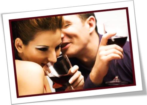 casal bebendo vinho, mulher e homem bebendo, saideira