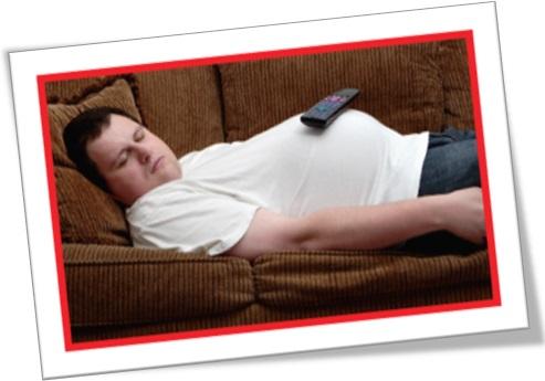 homem gordo dormindo no sofá, flake out
