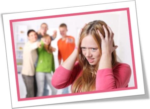 grupos de estudantes insultando garota, bullying