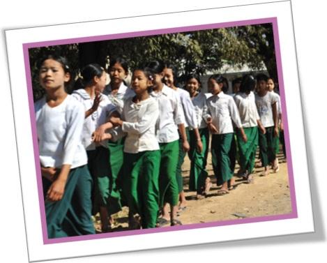 a crocodile of schoolgirls, fileira de alunas