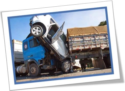 carro prensado imprensado entre caminhões acidente de trânsito