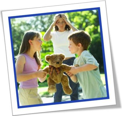 menina e menino brigando por causa de urso de pelúcia