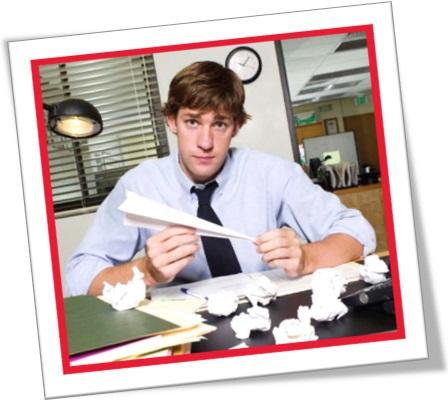 homem fazendo avião de papel no escritório