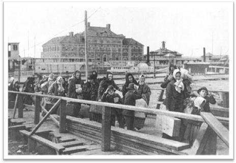 imigrantes chegando na ellis island em 1902