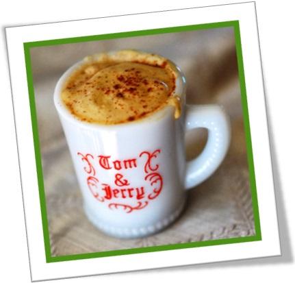 a mug of tom and jerry toddy caneca de grogue ponche com canela