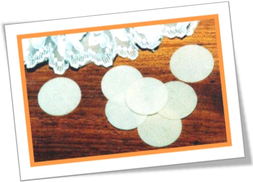 wafers on the floor, padre, hóstia, missa, igreja, religião católica, comunhão
