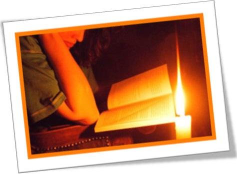mulher estudando a luz de vela, queimar as pestanas, burn the midnight oil