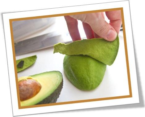 peel and pit an avocado, descascar e descaroçar abacate