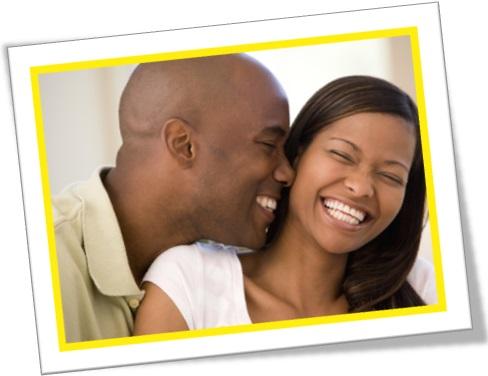jovem casal sorrindo, homem negro, mulher negra, marido e mulher