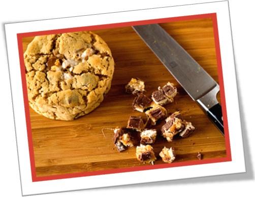 snickers cookies, biscoitos recheados com pedaços de chocolate snickers