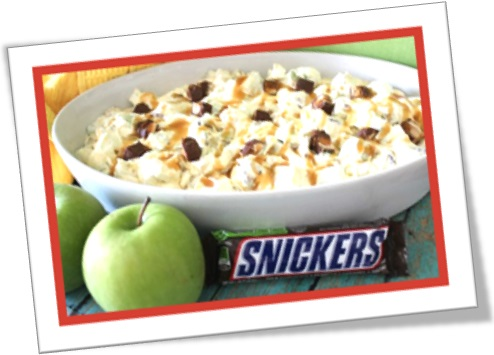 snickers salad, mistura de maçã, chocolate snickers, chantilly, uvas passas e amendoim