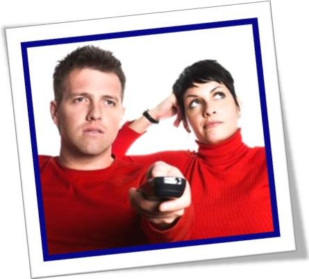 casal, homem, mulher, controle remoto, zapear canais de televisão