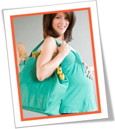 mulher grávida no supermercado, vestido verde, sacola com frutas, mulher esperando bebê