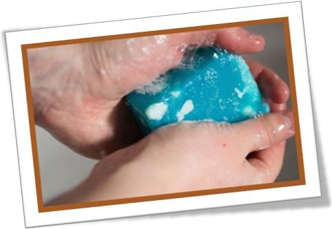 the bubbliest soap, sabonete mais espumante, caseiro, cor azul, lavando mão