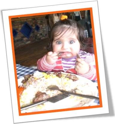 criança comendo carne dura, chewy meat, bife sola de sapato