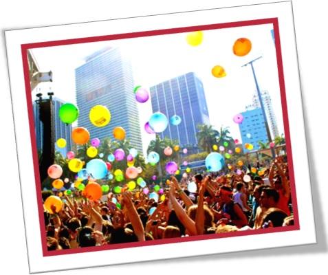 clima festivo, festival, festa, parada, evento de rua, público