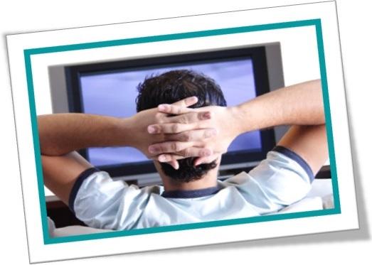 homem assistindo televisão no sofá, homem vendo tevê na sala, tv