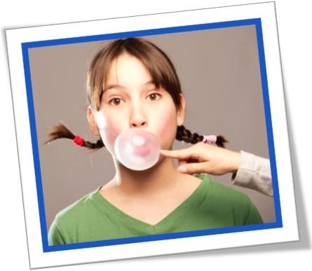 by gum, caramba em inglês, menina, estourando bola de chiclete na boca