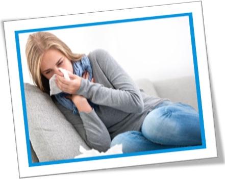 cold comfort, mulher gripada, mulher chorando no sofá, triste consolo