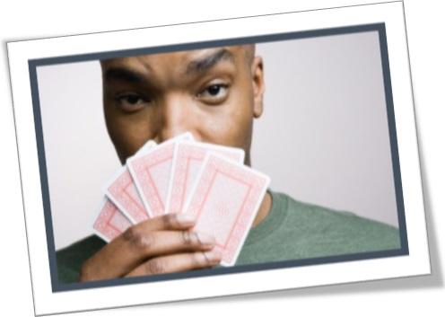 homem jogando baralho, cartas de baralho, jogo de cartas