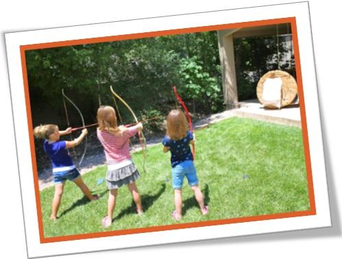 meninas brincando com arco e flecha, hold down the fort