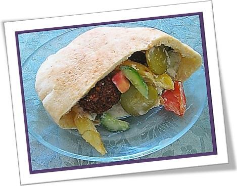 pita bread, pão sírio recheado com faláfel e salada
