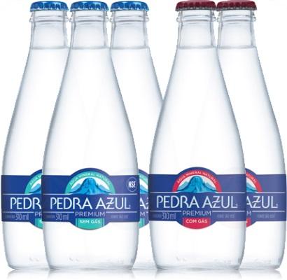 garrafas de água mineral pedra azul sem gás, com gás